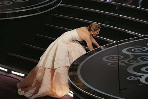 jennifer_lawrence_wins_oscar_fall_upstairs_main_steps_18ilvqt-18im027